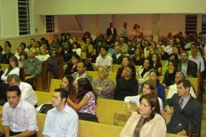 jovens e adultos louvando a Deus
