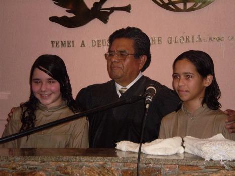 Pastor Tito batizando duas jovens